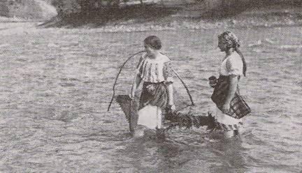 Fete la pescuit cu crâsnicul, partenere de discuţii cu plutaşii (foto A. Chevalier)