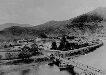 Satul Broşteni cu podul peste Bistriţa la 1904