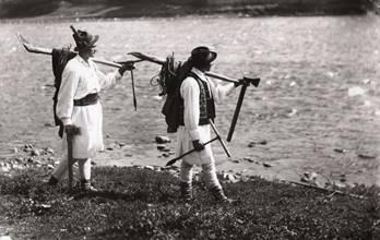 Plutaşi mergând pentru a prelua plute (foto A. Chevalier)