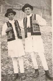 Autorul acestei cărţi (dreapta), cu prietenul său Valer Arsinte, în perioada în care lucra la echipa fulger