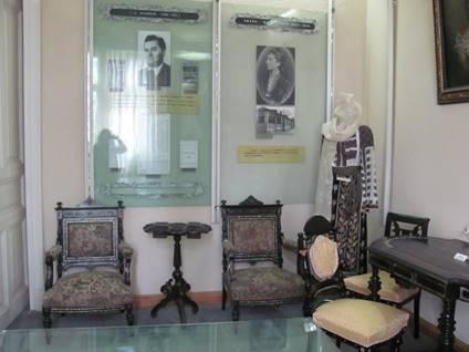 FOTO-  EXPOZIŢIA  PERMANENTĂ A MUZEULUI SCRIITORILOR DÂMBOVIŢENI SALA SMARANDA GHEORGHIU